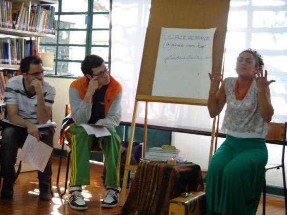 Ministrando aula no Curso Básico de Formação para contadores de Histórias na Biblioteca Hans Cristian Andersen / 2º semestre 2012